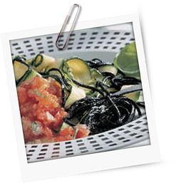 Schwarze Nudeln mit Zucchini